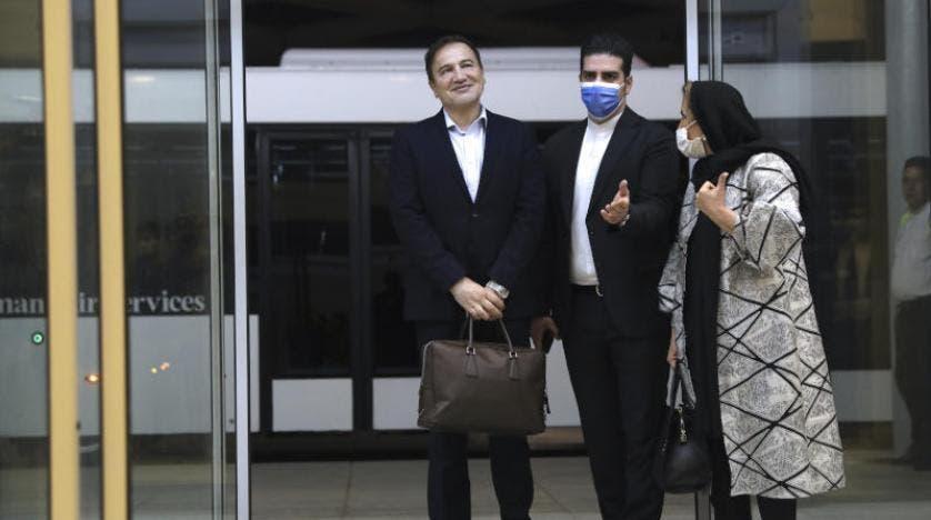 مجيد طاهري يسار اثناء استقبال زوجته لحظة وصوله طهران