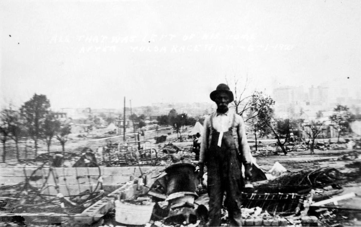 رجل من ذوي أصول أفريقية يقف أمام بقايا منزله بغرينوود