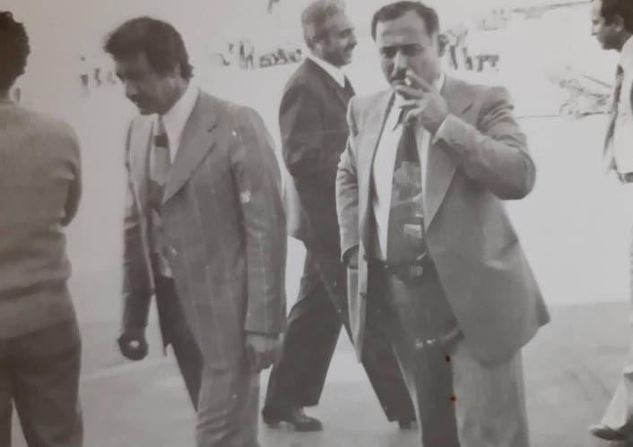 اللواء أحمد عنتر يدخن سيجارته إلى جانب محمد مخلوف