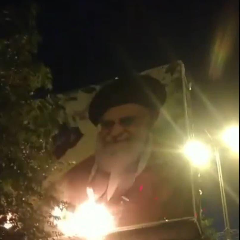 بالفيديو.. إيرانيون غاضبون يحرقون صورة خامنئي في مشهد