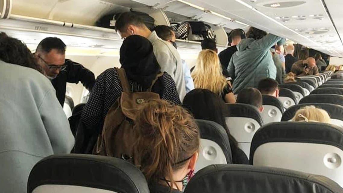 عشرات المسافرين يتكدسون في رحلة جوية دون إتباع الاجراءات الإحترازية