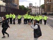 بالفيديو.. سيدتان تنجحان بحماية شرطيين من هجوم حتمي بلندن