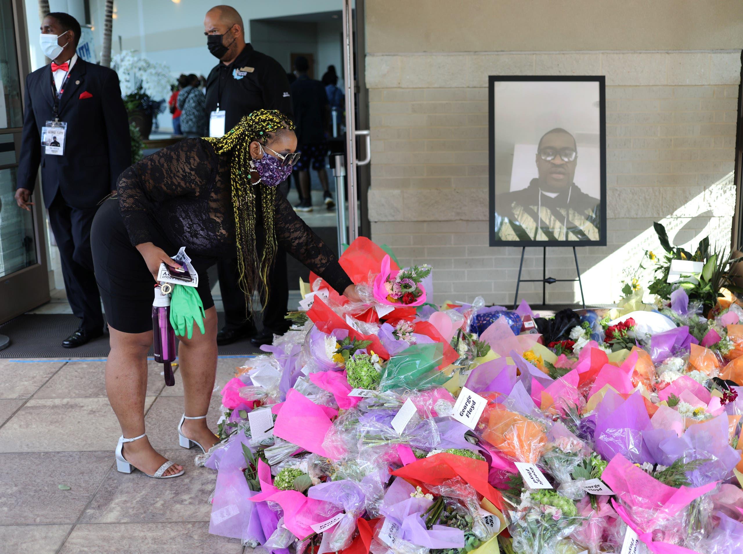 سيدة تضع الزهور أمام مدخل الكنيسة