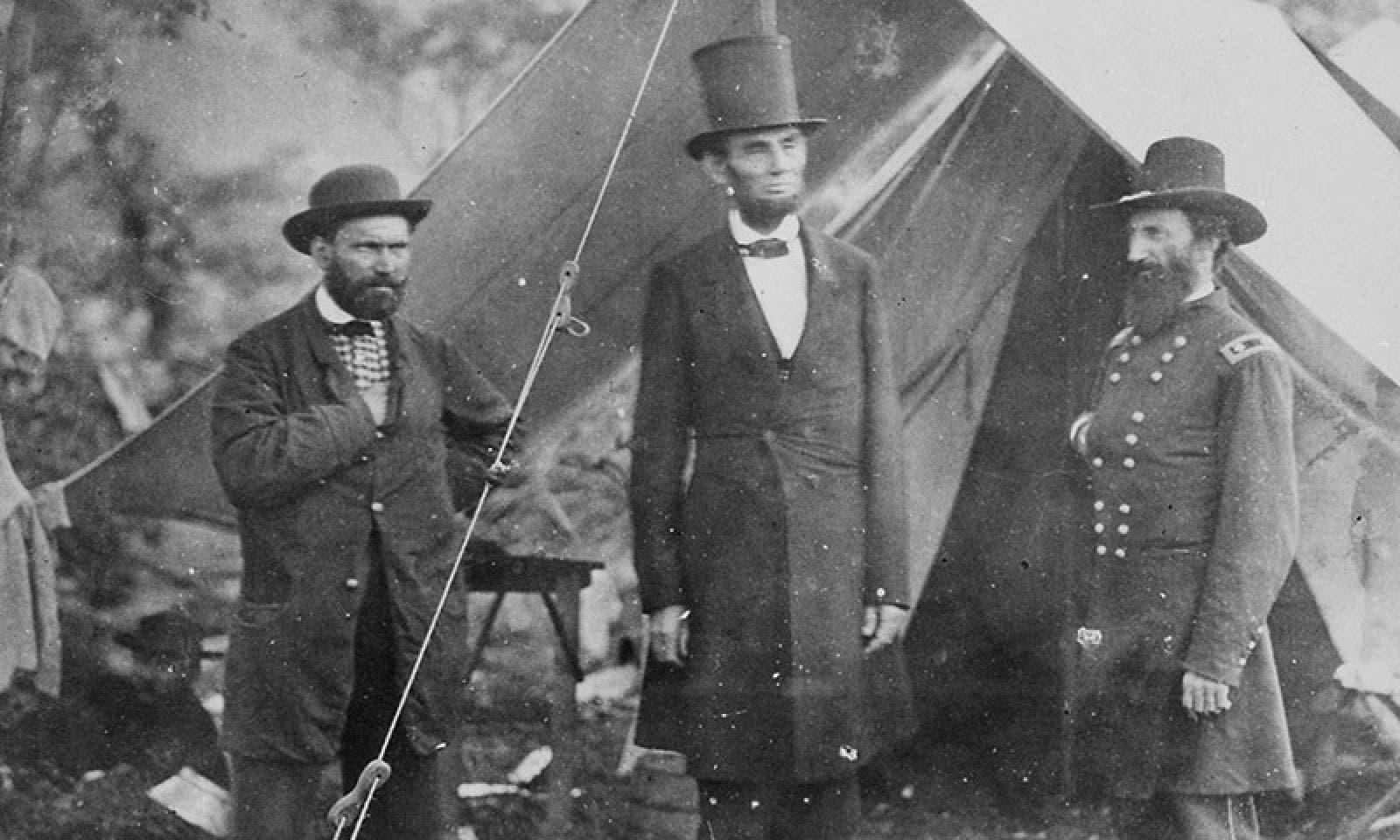صورة فوتوغرافية للرئيس لينكولن رفقة عدد من جنرالاته