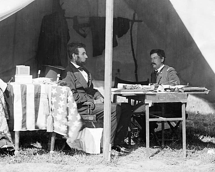 صورة للينكولن رفقة أحد جنرالات الإتحاد