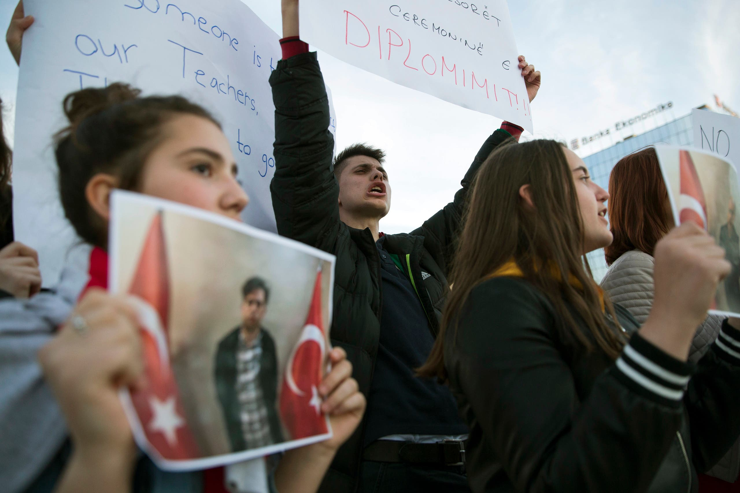 Students in Kosovo protest the arrest and deportation of their teachers, working with a group of schools said to be owned by Gulen, on March 29, 2018. (AP)