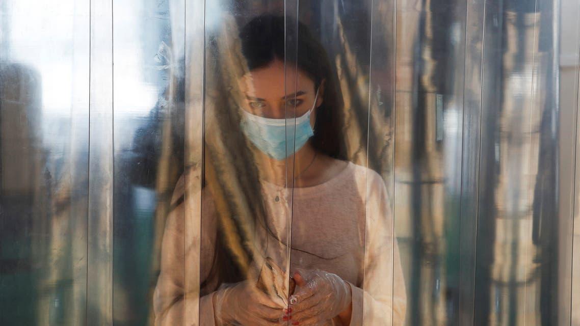 امرأة تضع كمامة على وجهها في موسكو يوم 5 يونيو