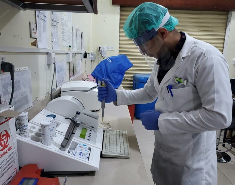 MSF Laboratory technician wearing a locally-produced face shield running blood tests in Taiz Houban project. (MSF)