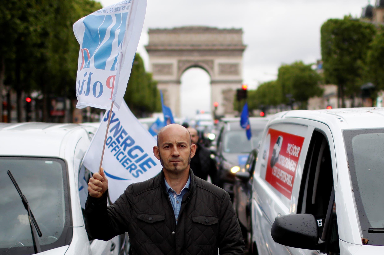 \بالقرب من قوس النصر في باريس الجمعة