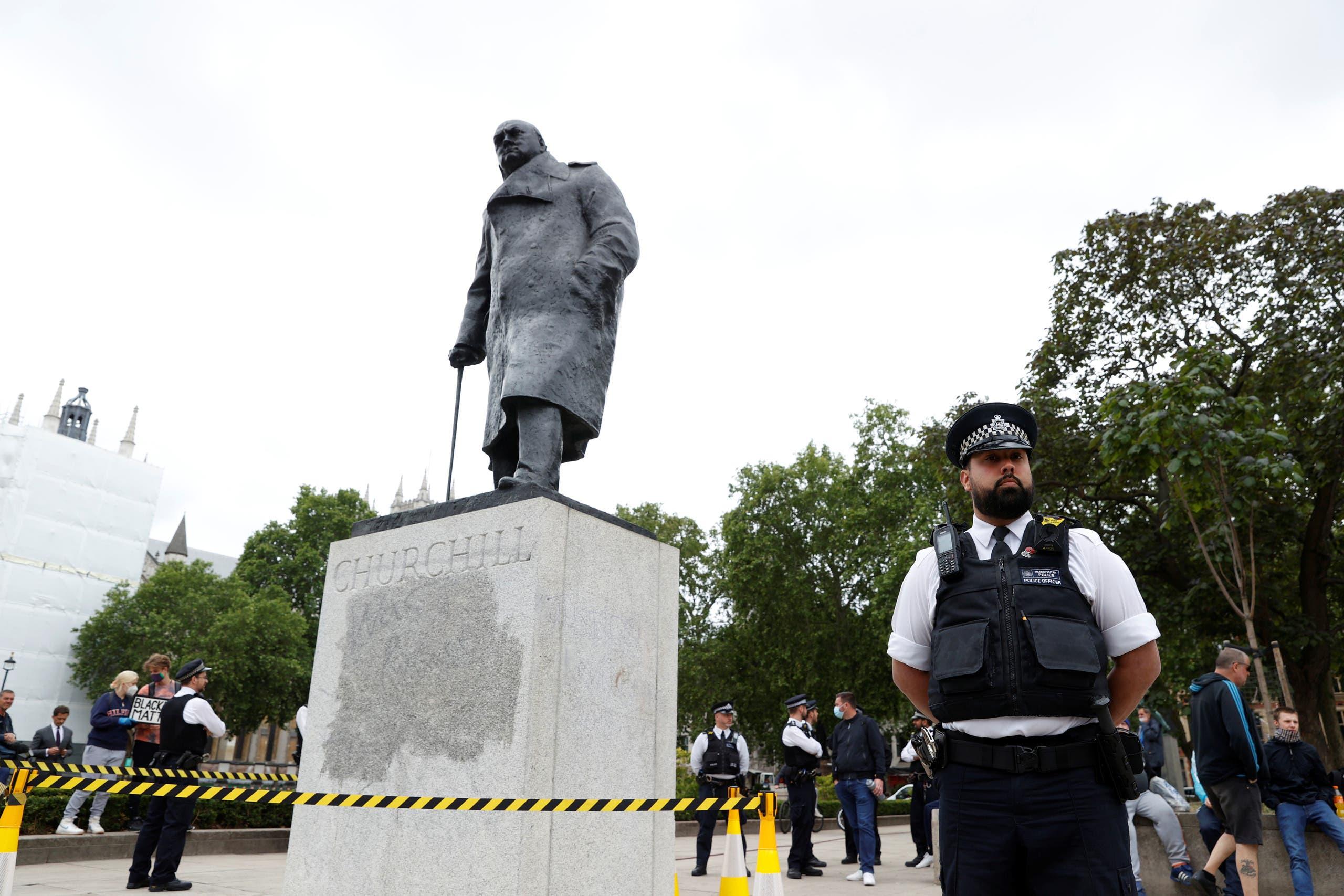 ضابط شرطة يقف بجوار تمثال ونستون تشرشل في ساحة البرلمان يوم 8 يونيو