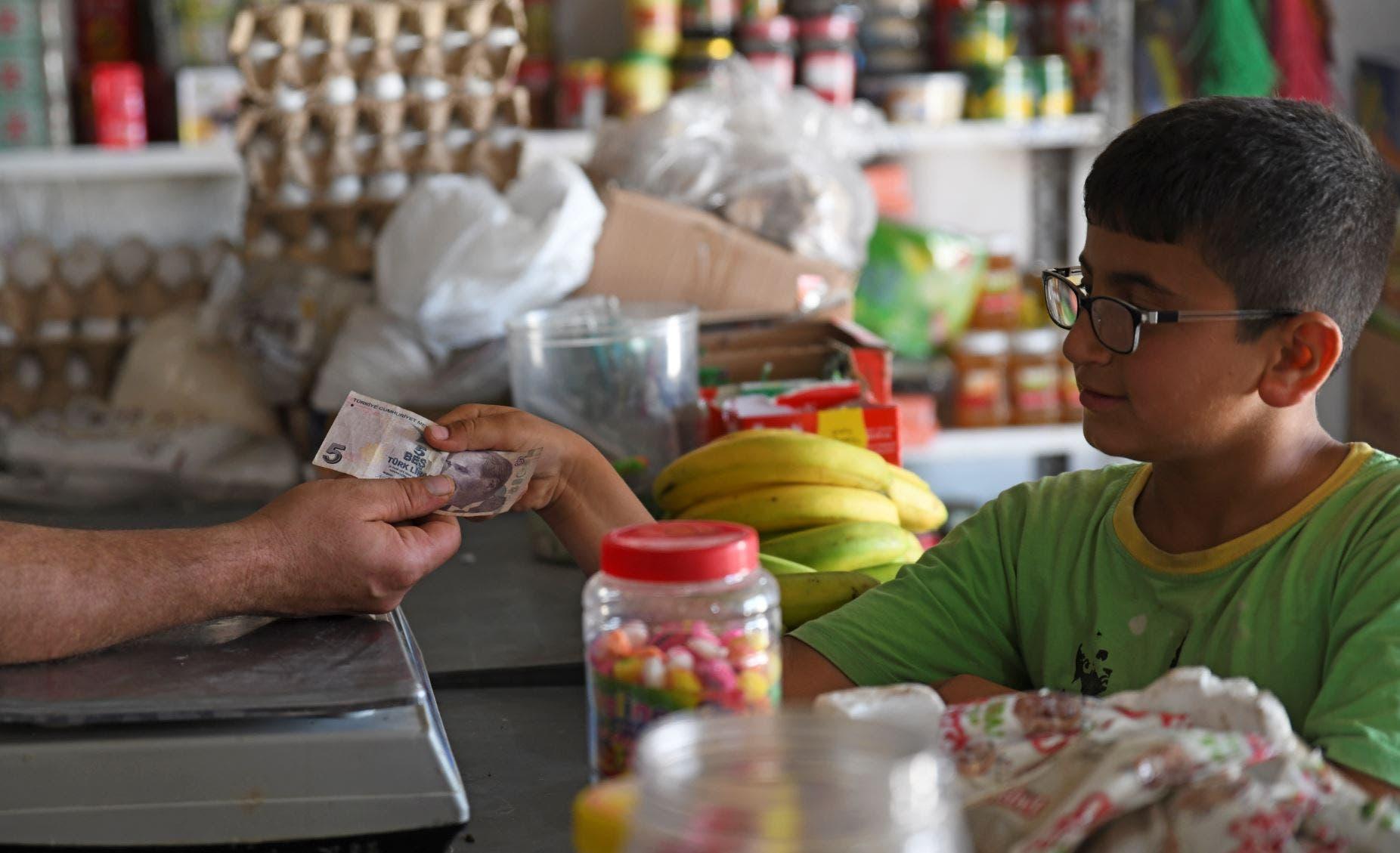 سوريون يتداولون العملة التركية شمال سوريا (فرانس برس)