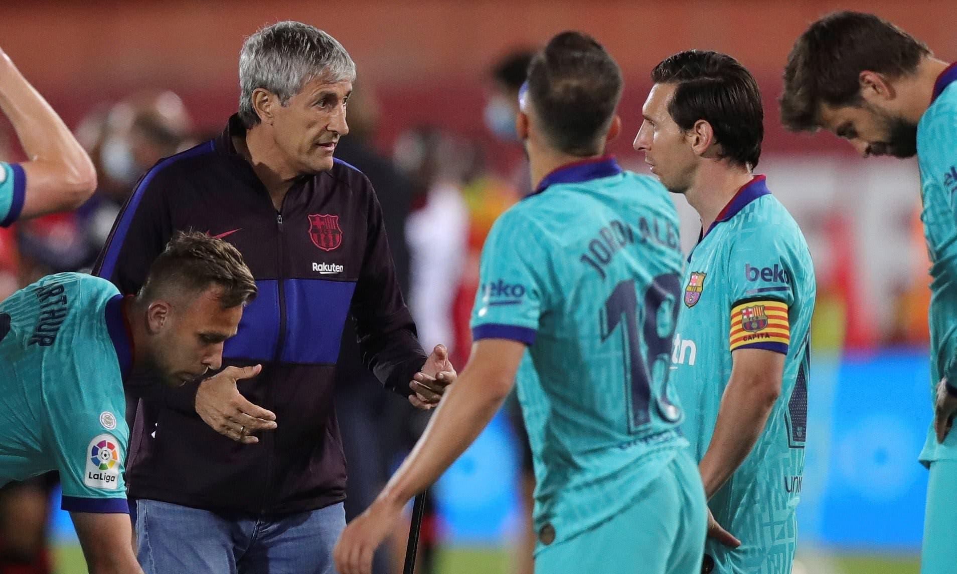 سيتيين في حديث مع ميسي خلال مباراة سابقة لبرشلونة