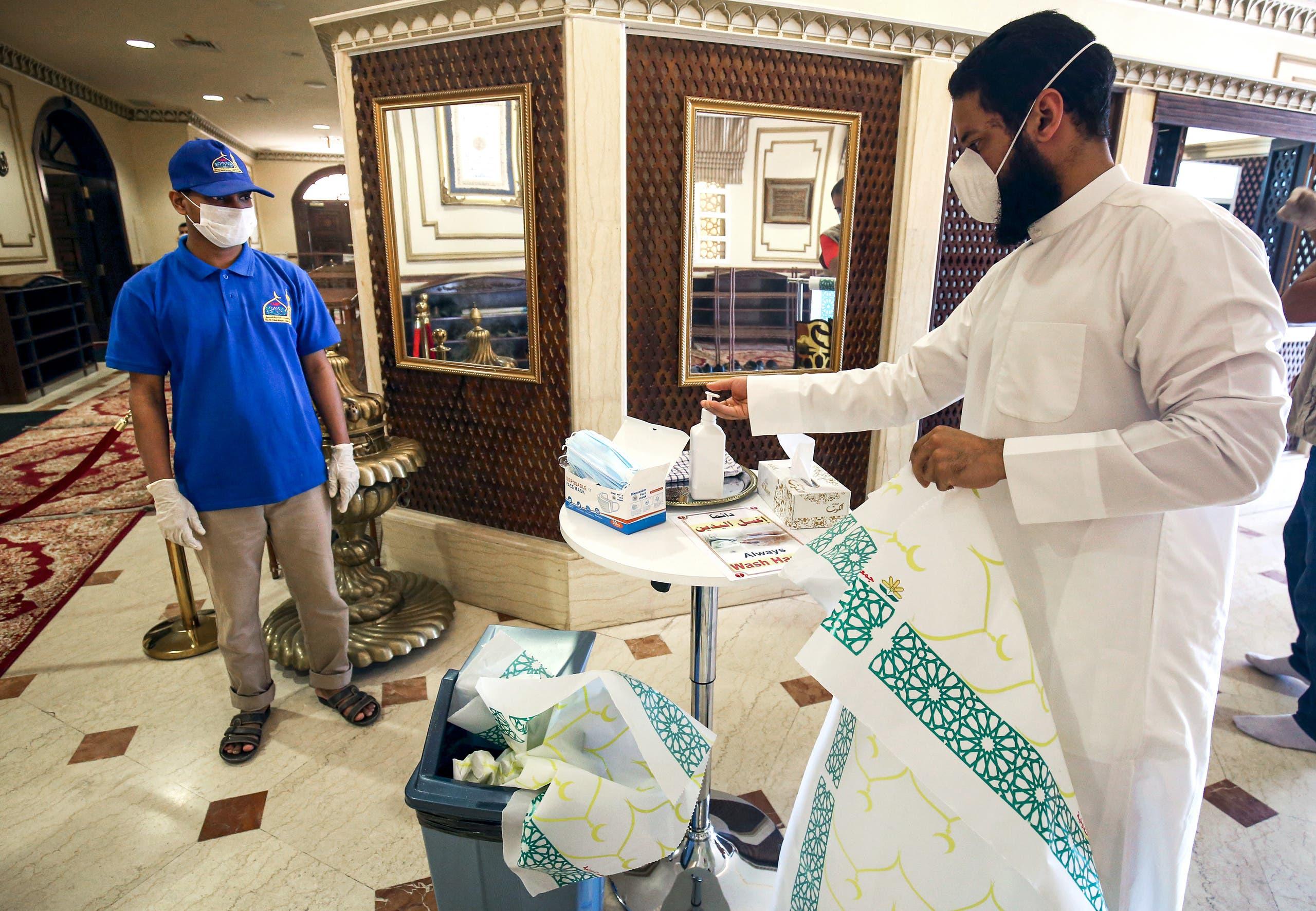 كمامات ومعقمات وتباعد على مدخل مسجد في الكويت للوقاية من كورونا