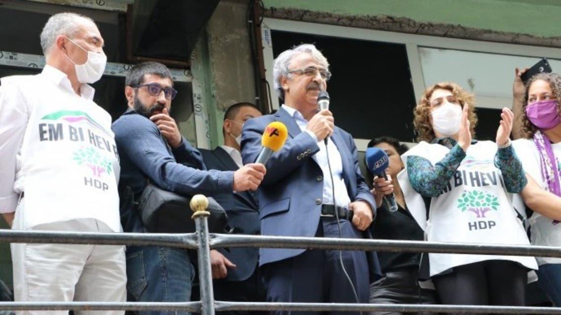الرئيس المشارك للحزب مدهت سانجار يلقي كلمة مع انطلاقة الحملة