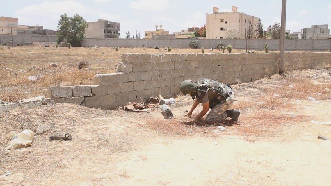 أظهرت لقطات مصورة خبراء أتراك في جنوب طرابلس، يرتدون الزي العسكري والخوذ التي عليها العلم التركي، وهم يتفقدون منزلا تملأ آثار الرصاص جدرانه والمنطقة المحيطة به.