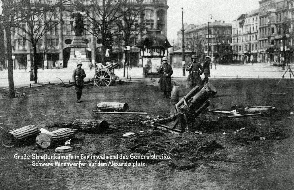 صورة لأحد مدافع القوات الألمانية قرب برلين أثناء التمرد