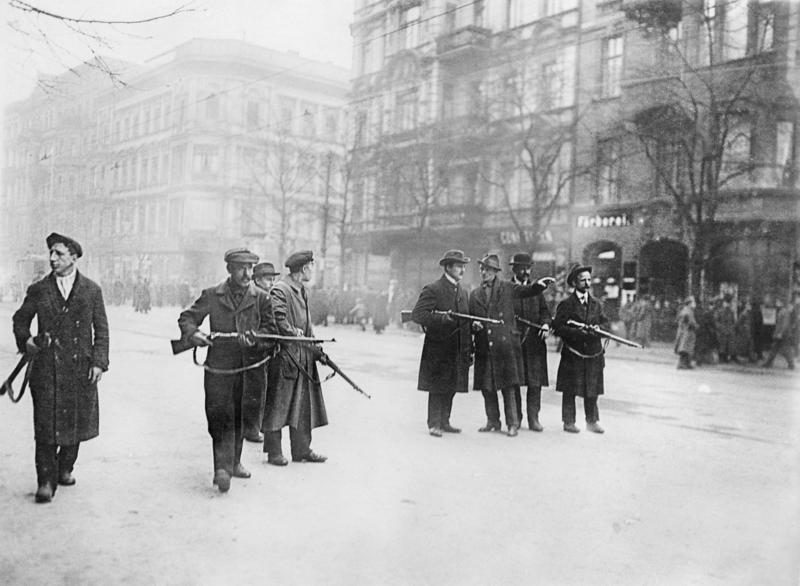 صورة لمتمردين شيوعيين ببرلين مطلع العام 1919