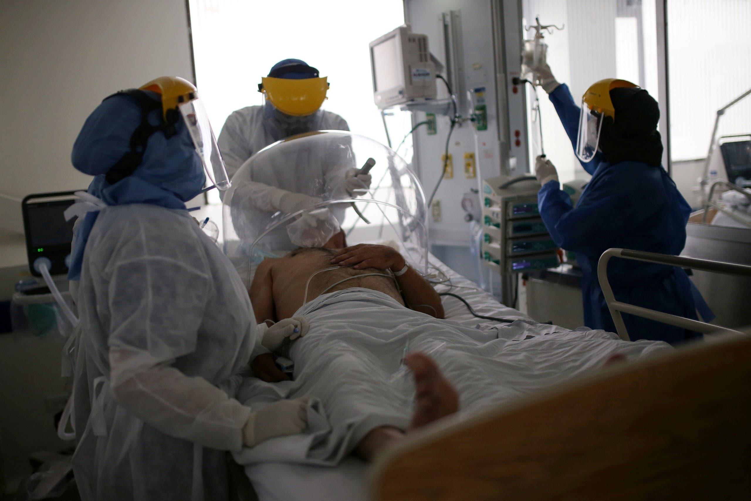 طبيب وممرضات يعتنون بمصاب بكورونا في كولومبيا