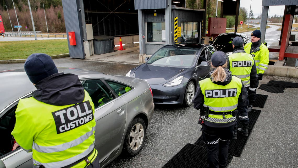 Customs officers and policemen check car drivers at the border between Norway and Sweden in Swinesund on March 16, 2020, as measures are taken to slow down the spread of the novel coronavirus. Norway has introduced strict border controls due to the coronavirus crisis.