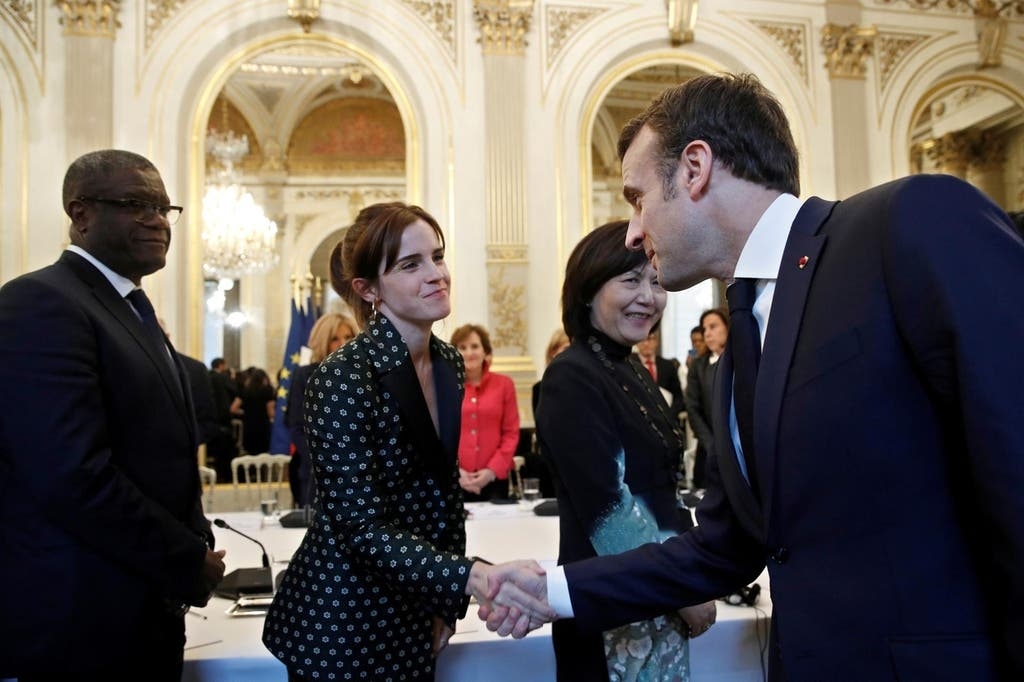إيما تصافح الرئيس الفرنسي ماكرون خلال اجتماع مخصص للمساواة بين الجنسين عقد في باريس خلال 2019