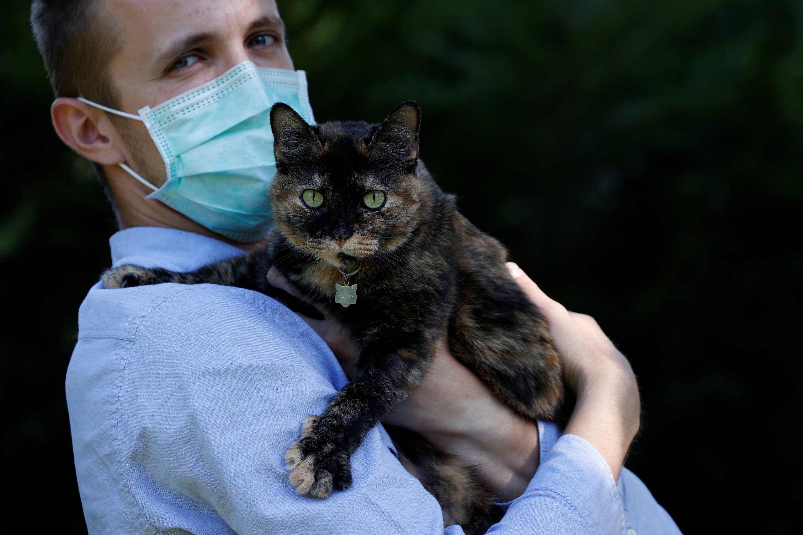 فرنسي مصاب بكورونا يلتقط صورا مع قطته