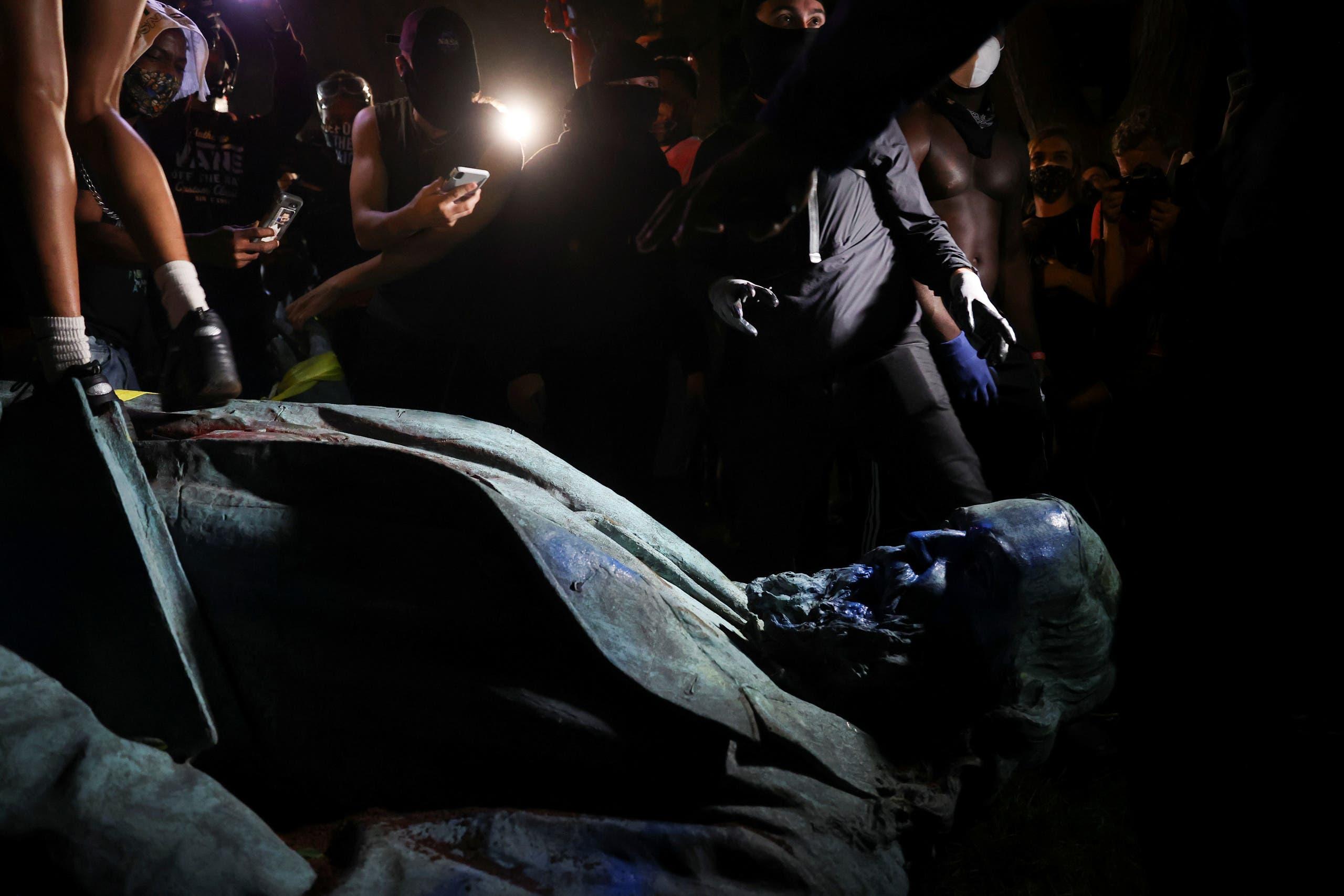 تمثال ألبرت بايك بعد أن أسقطه المحتجون