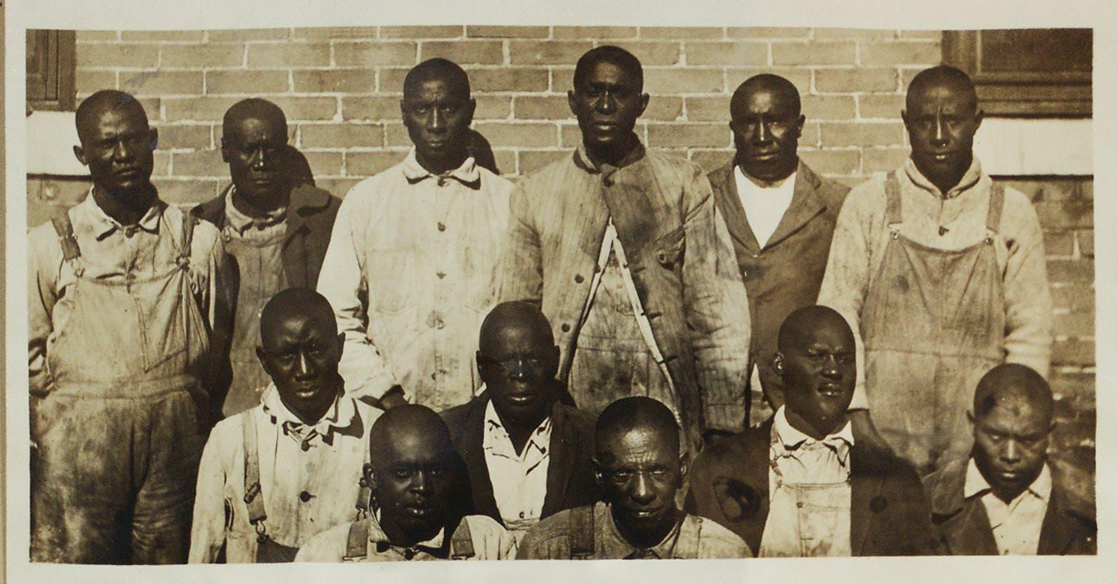 صورة للاثني عشر شخصا المتهمين بإثارة أعمال العنف بإلين وتمت تبرئتهم لاحقا