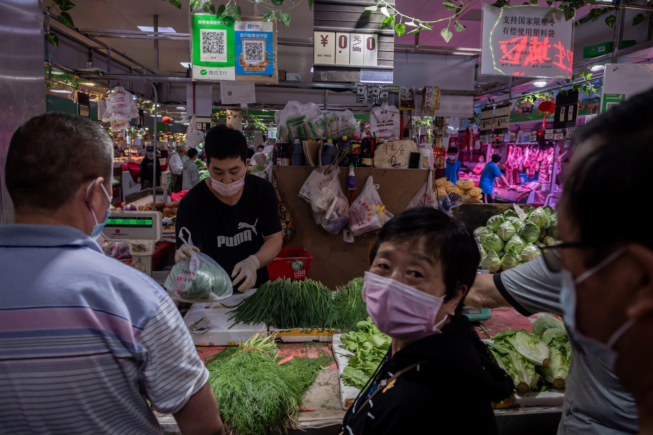 من سوق لبيع المأكولات البحرية واللحوم والخضراوات في بكين (أرشيفية- فرانس برس)