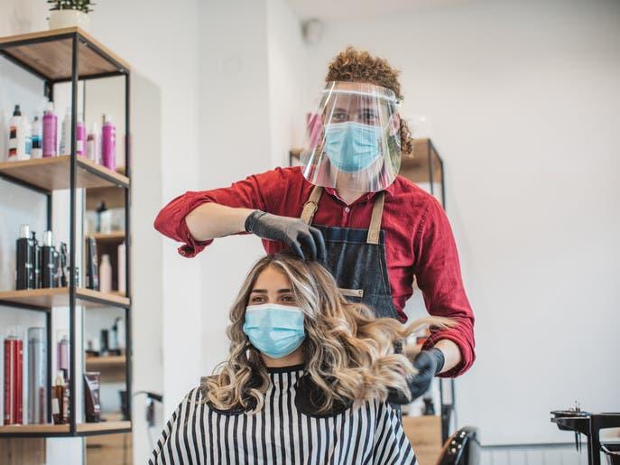 قص الشعر وطلاء الأظافر.. هل هي آمنة في ظل كورونا؟