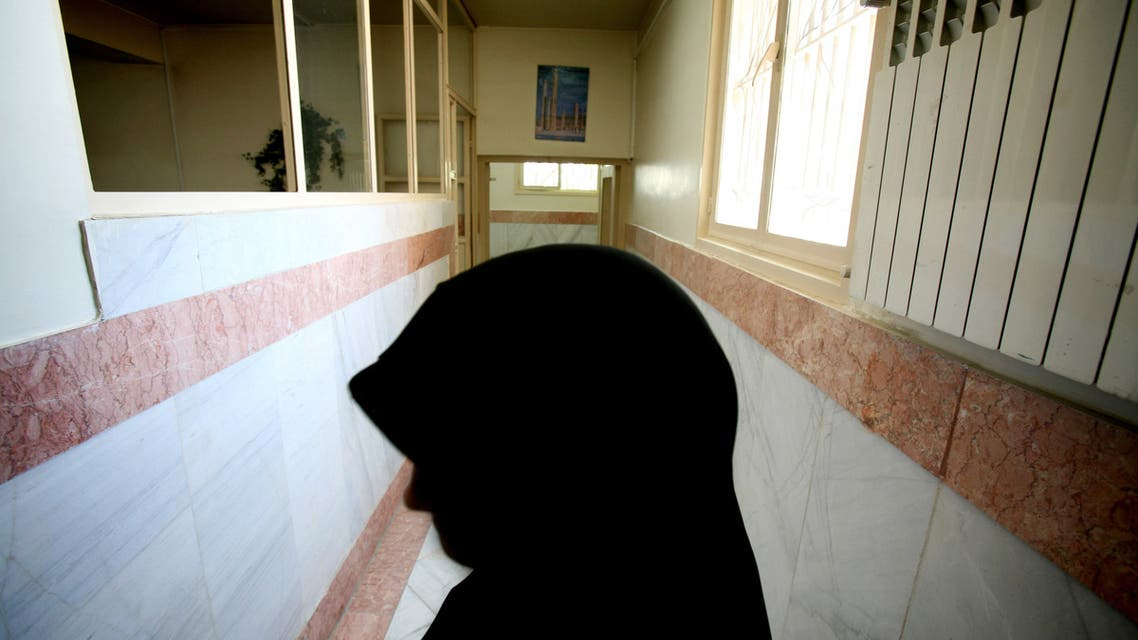 A female prison guard stands along a corridor in Tehran's Evin prison June 13, 2006. (File photo: AFP)