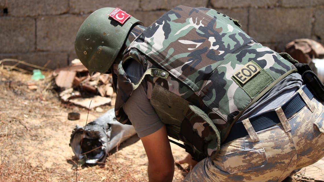 احد الجنود الاتراك لتفكيك الألغام في طلارابلس(أرشيفية- فرانس برس)