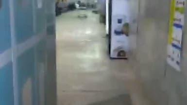 فيديو يحبس الأنفاس.. جثة خارج أسوار مستشفى في بغداد
