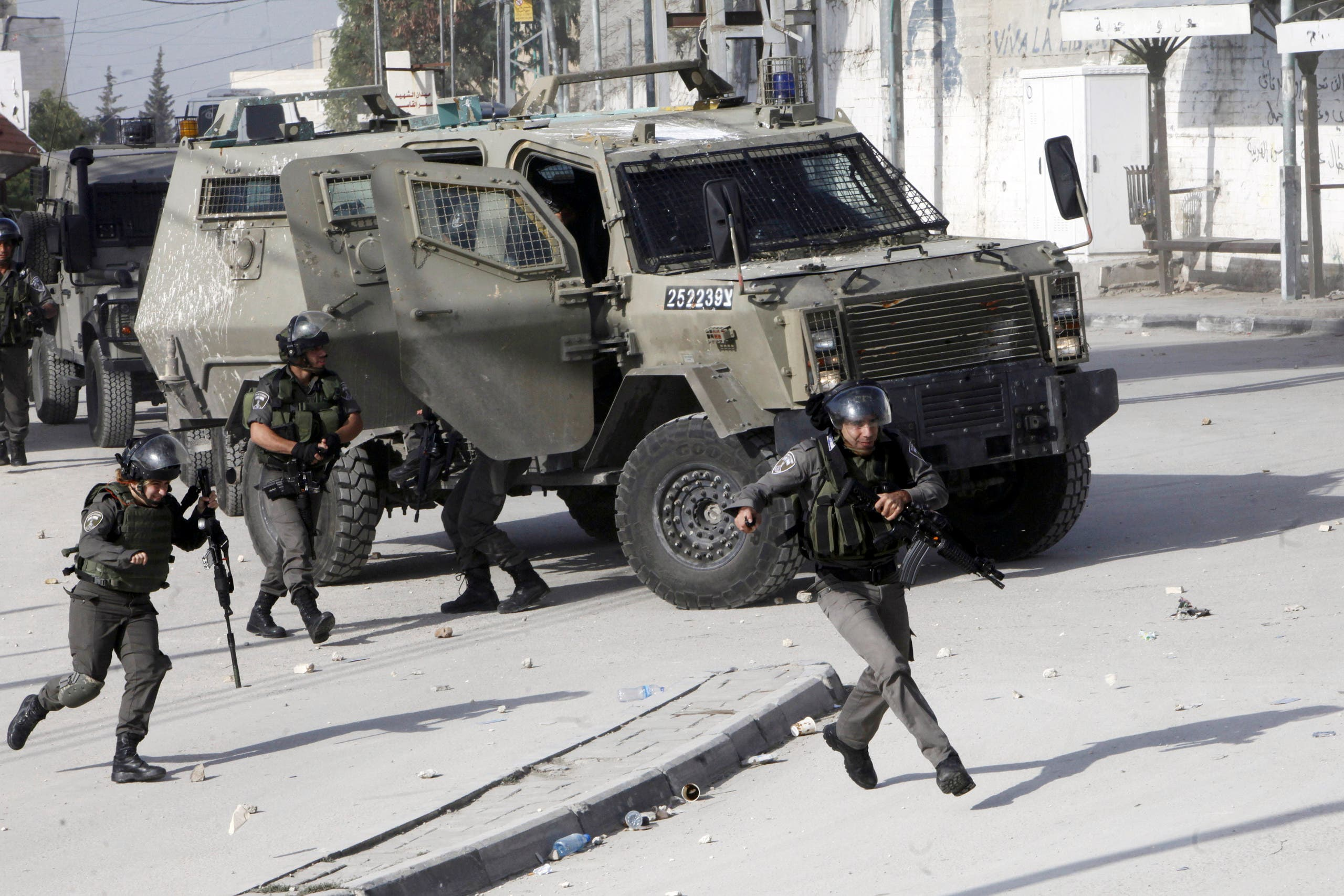 Israeli border police run during clashes with Palestinian students in Abu Dis, West Bank on Nov. 2, 2015. (File photo: AP)