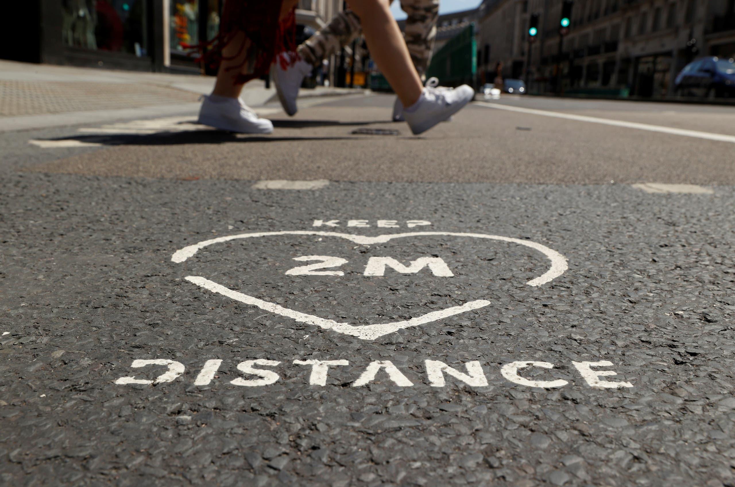 علامات في شوارع لندن تحث على التباعد الاجتماعي