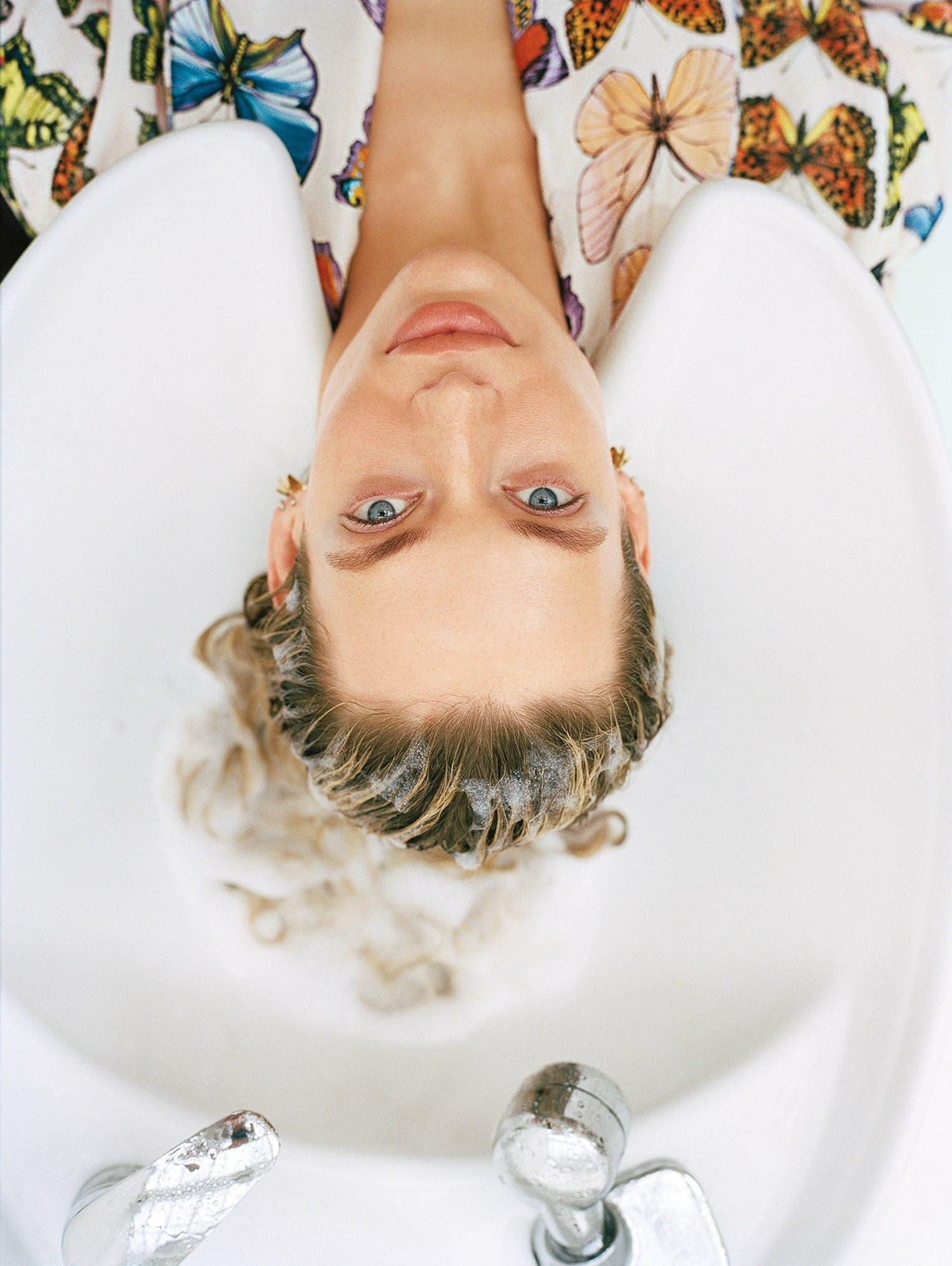 e366e504 2501 4acf 8162 6c00ae968884 - 12 عادة قد تتسبب في معاناة شعرك بالصيف