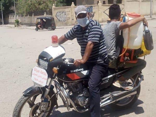 بالصور.. مصري يساعد مصابي كورونا بنقل أسطوانات الأوكسجين