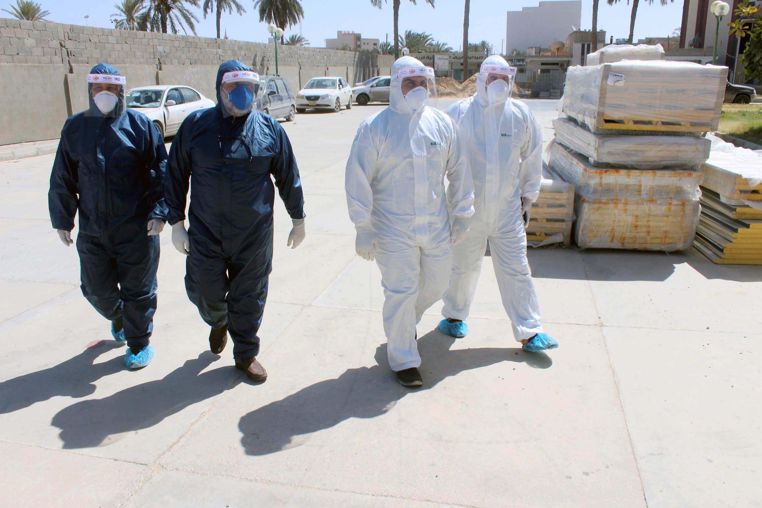 فريق طبي يدخل عيادة في مصراتة بعد تفشي كورونا فيها