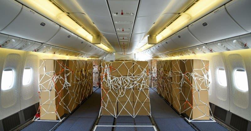 مقصورة الركاب بعد تجهيزها للشحن الجوي بإحدى طائرات طيران الإمارات