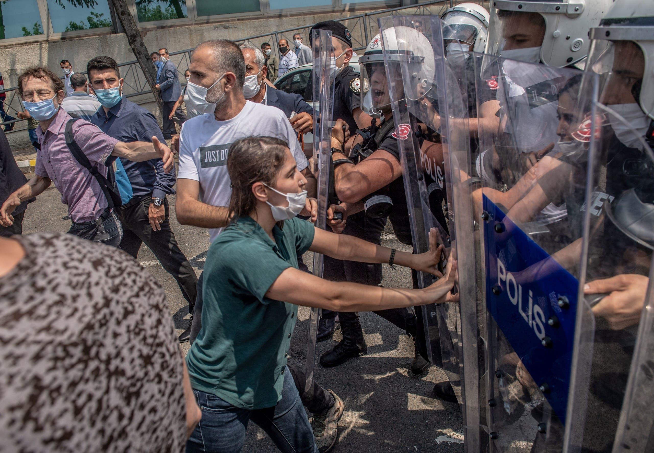 """عناصر من الشرطة التركية تواجه محتجين في اسطنبول """"أرشيفية"""""""