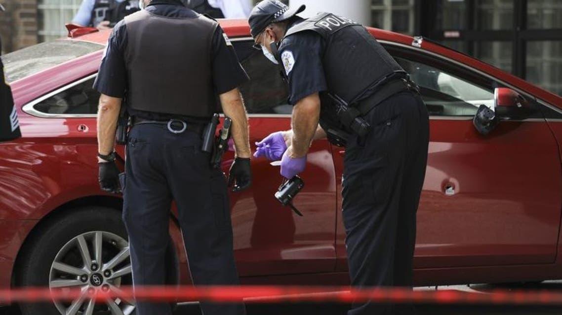 شرطة شيكاغو تفحص السيارة