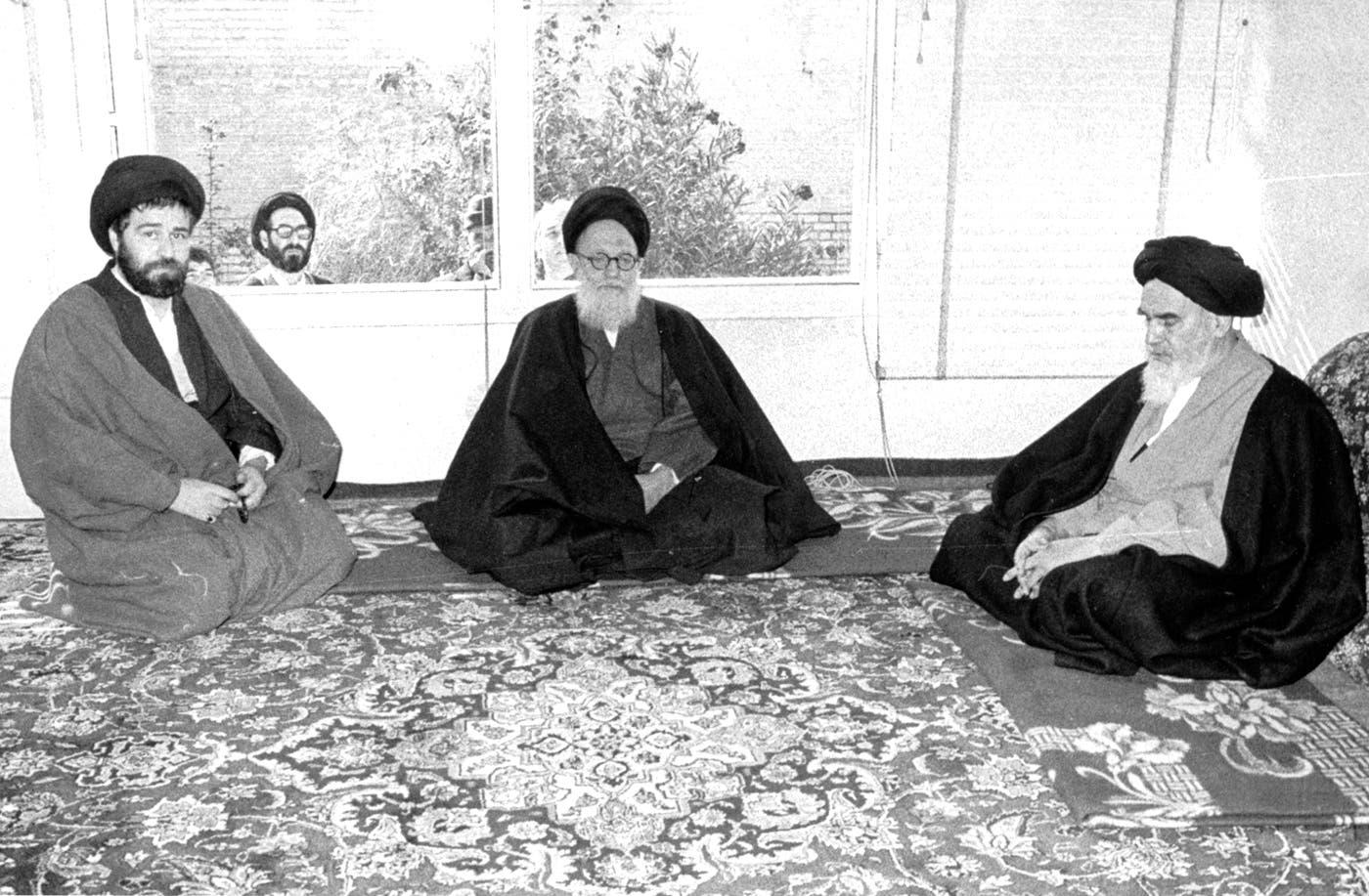 آية الله شريعتمداري في الوسط مع آية الله خميني ونجله أحمد