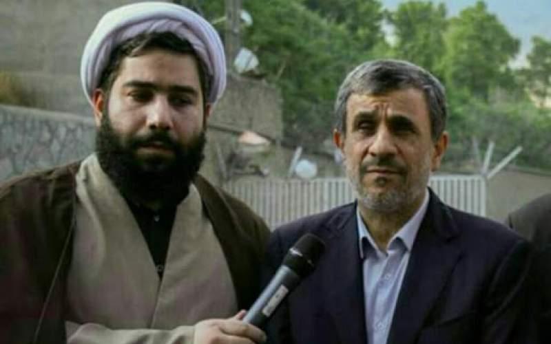 وحيد هرو آبادي إلى جانب الرئيس السابق محمود أحمدي نجاد