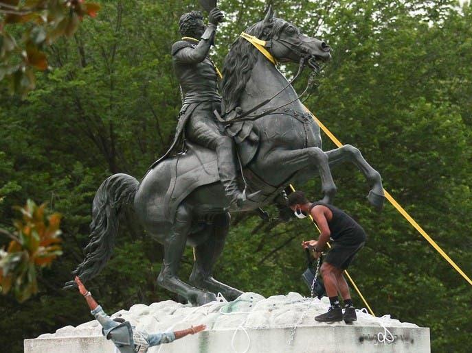 القضاء يلاحق 4 رجال حاولوا إسقاط تمثال أمام البيت الأبيض