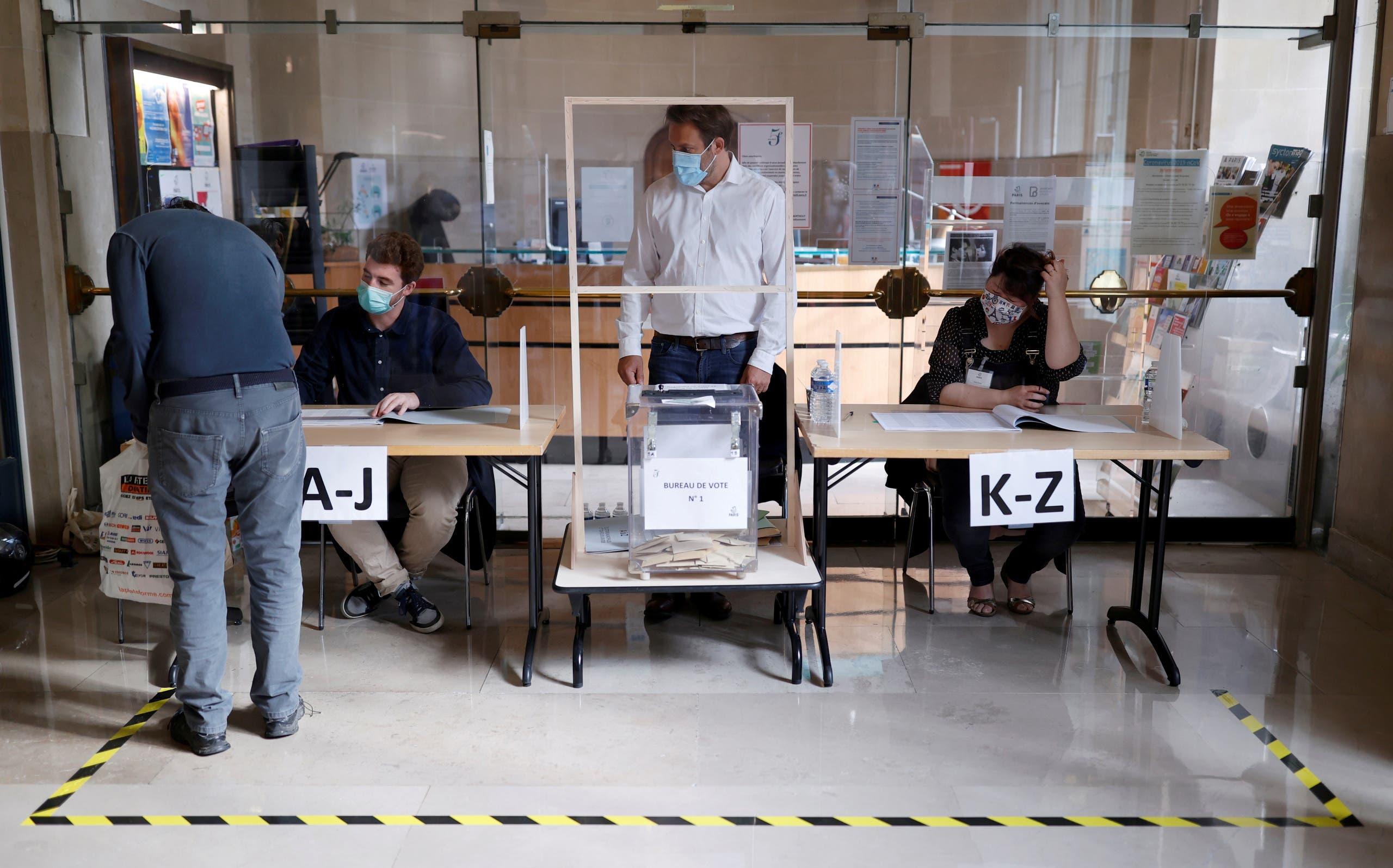 ناخب في مركز اقتراع خلال الجولة الثانية من الانتخابات البلدية في باريس الأحد