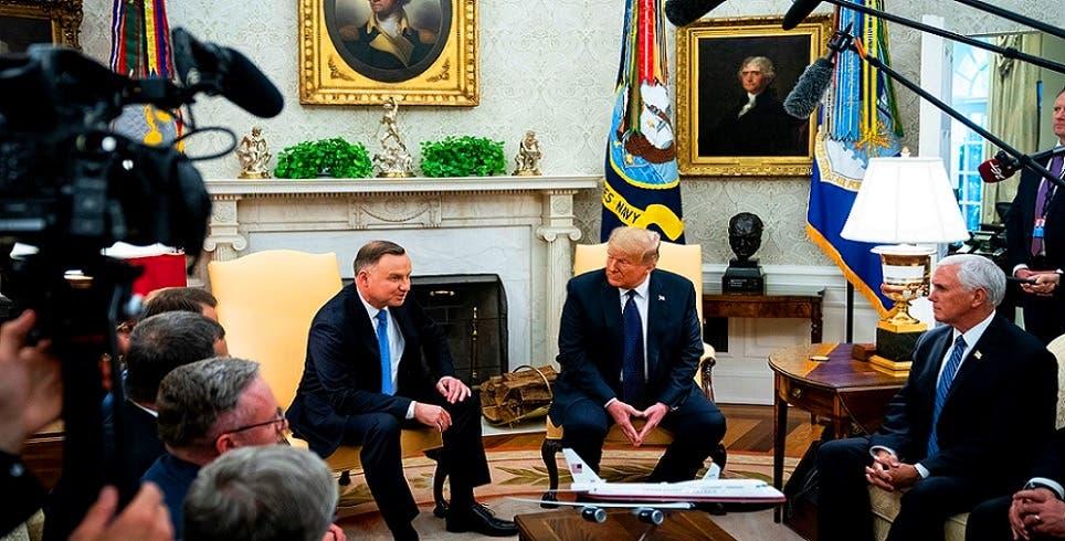 ولم يقم ترمب باستقبال الرئيس البولندي الأربعاء الماضي في البيت الأبيض، إلا بعد أن فحصوه والوفد المرافق له