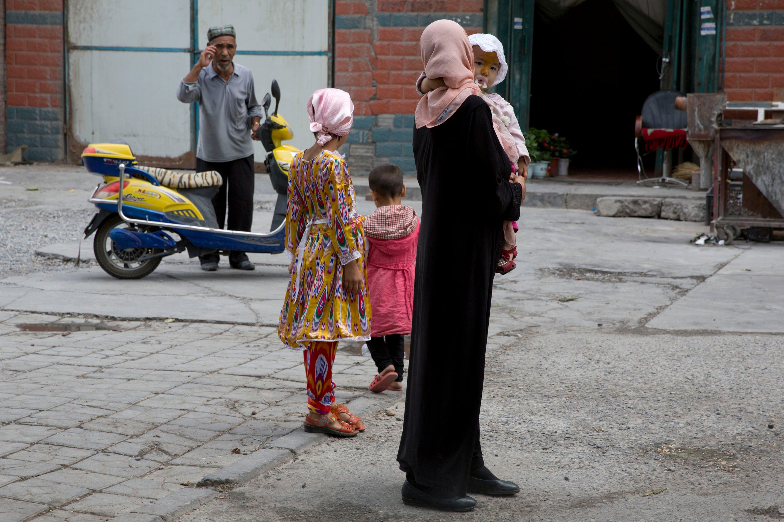 A Uighur woman wears a full length garment and headscarf in the city of Aksu in western China's Xinjiang province. (File photo: AP)