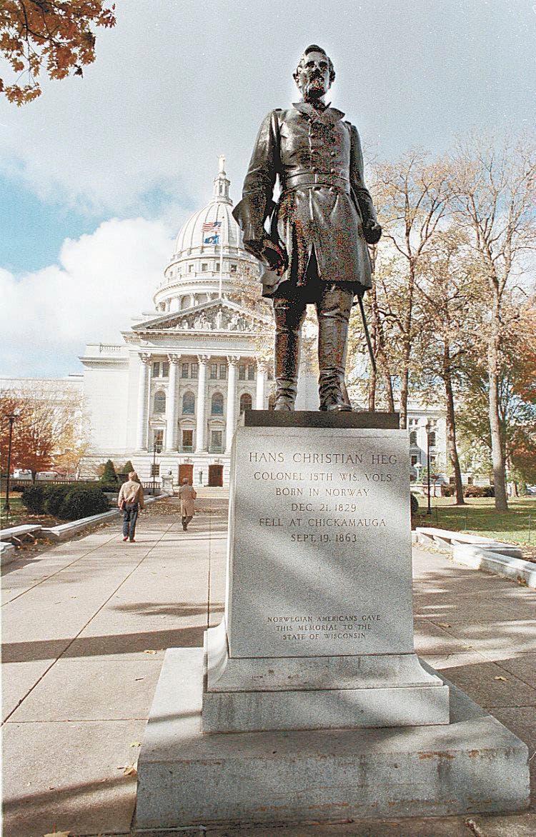صورة لتمثال هانس كريستيان هيغ قبل تدنيسه