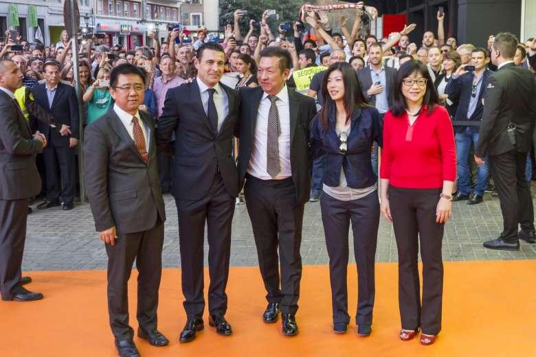 ليم يتوسط أعضائ الإدارة الجديدة سالفو ولاي هون كيم كوه وزوجته
