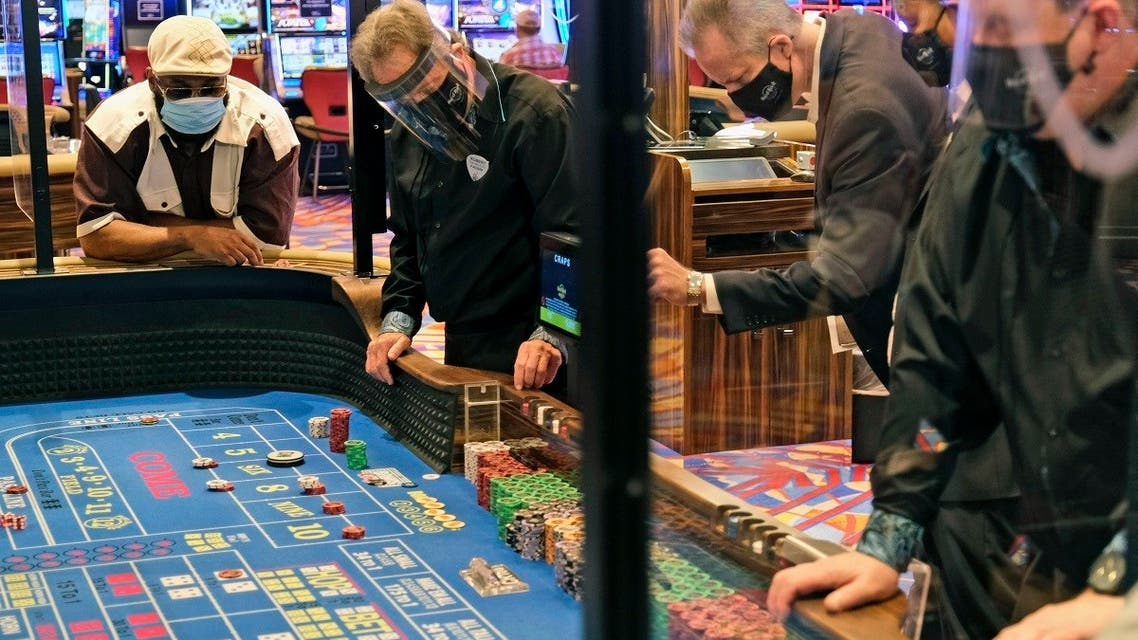 Partitions between players and face masks allow gamblers to enjoy craps in Atlantic City, N.J., Thursday, July 2, 2020. (File Photo: AP)
