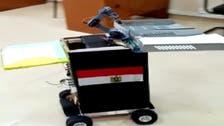فيديو لروبوت يقوم بتوزيع الأسئلة على طلاب جامعة مصرية